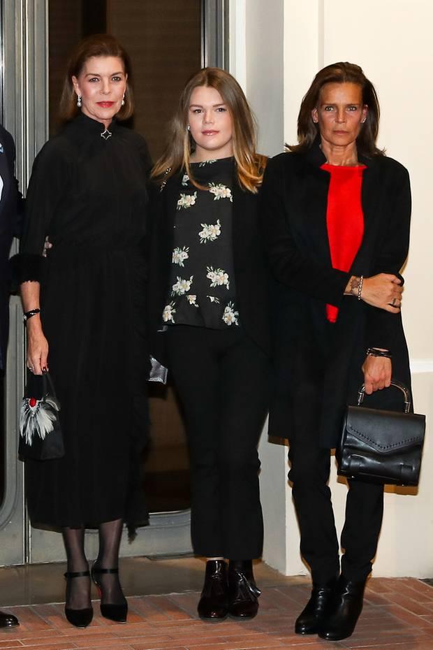 Zusammen mit ihrer Mutter Stéphanie und ihrer Tante Caroline besucht Camille Gottlieb Mitte November 2017 einen Kinoabend zu Ehren von Grace Kelly. Hier zeigt sie, dass sie mittlerweile mit der Eleganz der zwei Monaco-Prinzessinnen mithalten kann. Zum schicken Hosenanzug kombiniert sie Lack-Boots und ein florales Top.