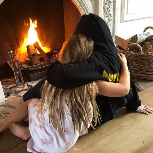 11. November 2017  Bei den Beckhams ist der Winter eingekehrt. Cruz und Schwesterchen Harper kuscheln sich daher vor den Kamin.
