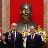 12. November 2017  In HanoisPräsidentenpalast gestikuliert Donald Trump neben Vietnams Präsident Tran Dai Quang.