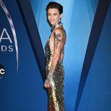 """Ziemlich dürr präsentiert sich Schauspielerin Ruby Rose in einem Pailletten-Kleid bei den """"Country Music Awards"""". Die 31-Jährige wiegt nur noch erschreckende 44 Kilo - sagt selbst aber, dass sie nicht zu dünn sei und viel isst."""