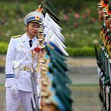 12. November 2017  Eine Reihe nach Augenmaß: Ein Soldat der vietnamesischen Ehrengarde überprüft ein letztes Mal die Linien, bevor Donald Trump in Hanois Präsidentenpalast eintrifft.