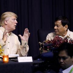 13. November 2017  Zwei der wohl umstrittensten Gestalten der Weltpolitik: Donald Trump unterhält sich mit Rodrigo Duterte, dem Präsidenten der Philippinen.