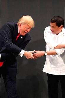 """13. November 2017  Donald Trump und Präsident der Philippinen Rodrigo Duterteamüsieren sich während der Eröffnungszeremonie der """"ASEAN-Versammlung"""" in Manila."""