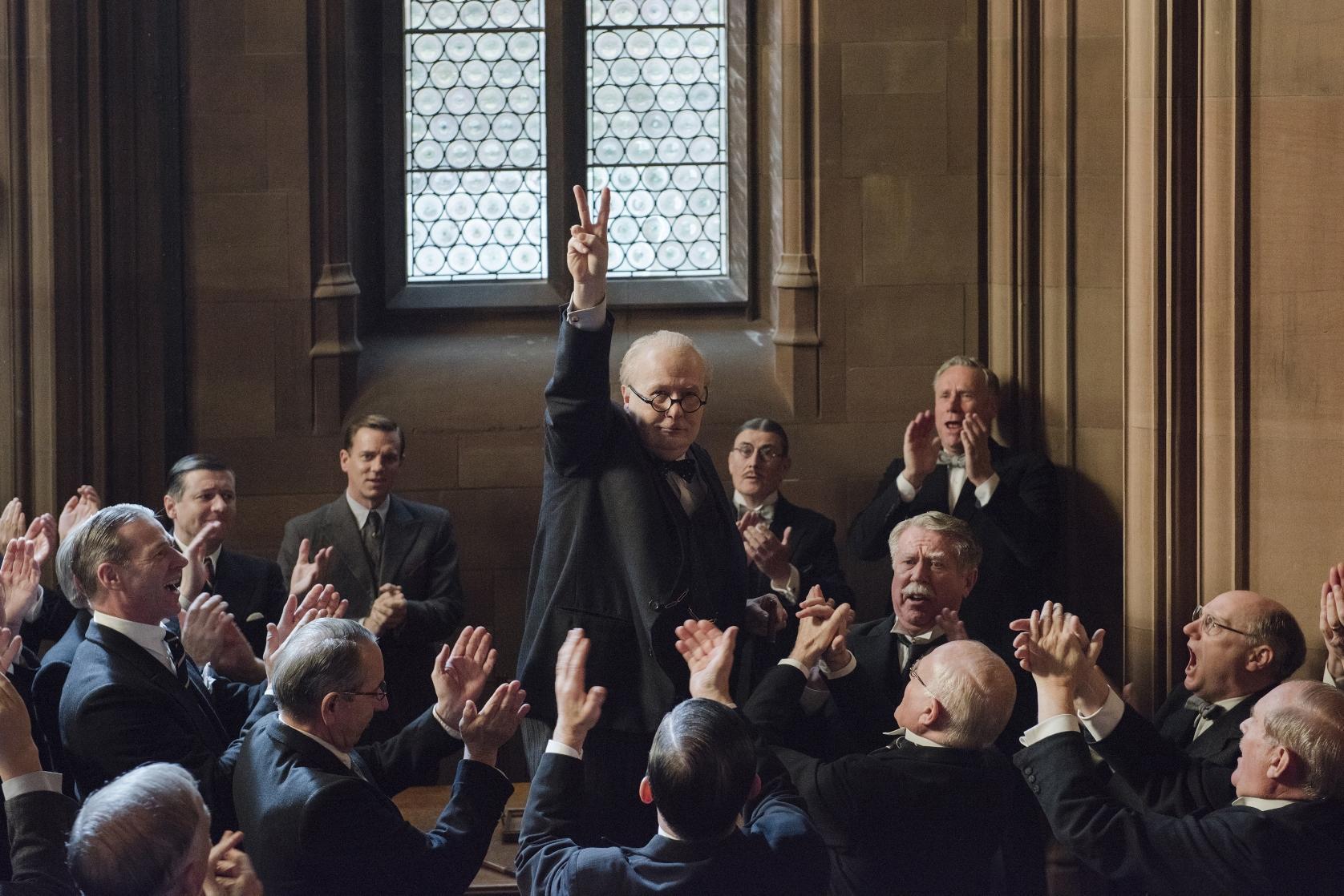 In dieser dunklen Zeit inmitten des Krieges muss Winston Churchill (Gary Oldman) die politischen Zweifler überzeugen und hinter sich bringen - sonst wird er untergehen (Szenenbild)