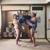 12. November 2017  Hollywoodstar Kate Hudson und ihr FreundDanny Fujikawa amüsieren sich in Japan: Auf dem Foto zeigen sie sich in den Armen zweier bärenstarker Sumoringer. Die prominenten Urlauber wirken wie Kinder, verglichen mit den Kampfsportlern.