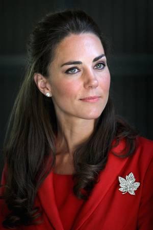 2011 besuchen Prinz William und seine Frau Canada. Zu so einem Anlass gehört es zum guten Ton im Hause Windsor, dass sich die Damen mit der Diamantbrosche in Form eines Ahornblattes zeigen.