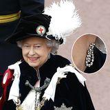 Zu einem Auftritt in der Order-of-the-Garter-Robe braucht es nicht viel Hingucker. So zeigt sich die Queen 2012 mit dezenten Diamant-Ohrringen.  Ein sehr ähnliches Paar trug sie schon öfter und bewies, dass sich ihr Schmuck - dem Anlass entsprechend - anpassen lässt. Bei diesem Paar lässt sich nämlich die innere Diamantschleife durch Smaragde austauschen und wird damit perfekt, wenn sie sie beim Thistle-Orden trägt, dessen Robe samtgrün ist.