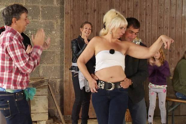 Iris tanzt, Uwe (l.) schaut zu - und schreitet dann selbst zur Tat