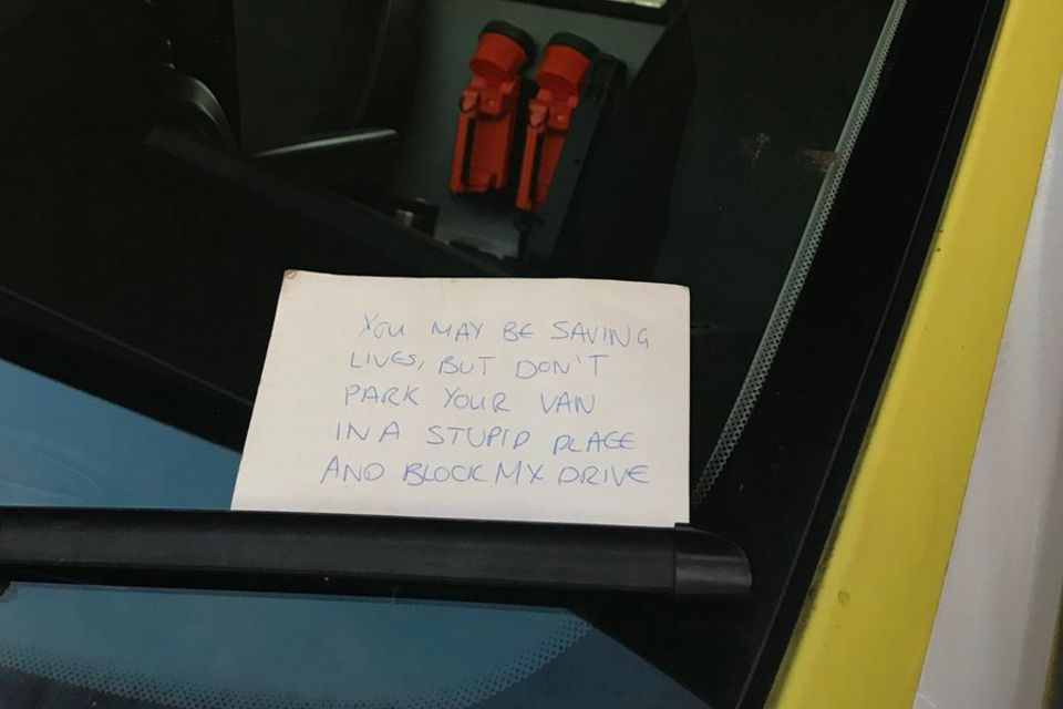 Zettel am Rettungswagen