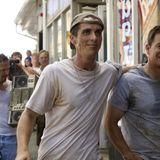 """Sieben Jahre zuvor ist Christian Bale mal gerade halb so breit. Eingefallene Gesichtszüge inklusive. Für seine Rolle in """"The Fighter"""" nimmt er - ausgehend von seinem Normalgewicht - 15 Kilogramm ab. Doch das Hungern hat sich gelohnt: Er erhält wenig später den Oscar als bester Nebendarsteller."""