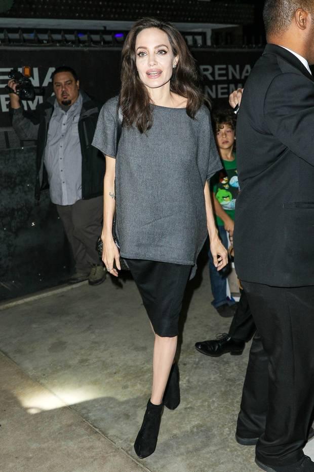 In einer weiten Kombination aus Rock und grauem Oberteil kann Schauspielerin Angelina Jolie ihre schmale Figur noch verstecken, doch in einem anderen Look ist deutlich zu erkennen, wie dünn sie ist!