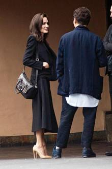 Vor allem von der Seite lässt sich in diesem schwarzen Kleid erkennen, wie extrem dünn Angelina Jolie ist. Sie wirkt im wahrsten Sinne des Wortes wie ein Strich in der Landschaft