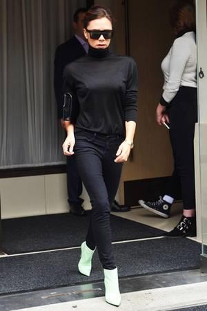 Victoria Beckham setzt ihre Schuhe in Mint und die goldene Uhr von Patek Philippe mit schwarzen Basics in Szene