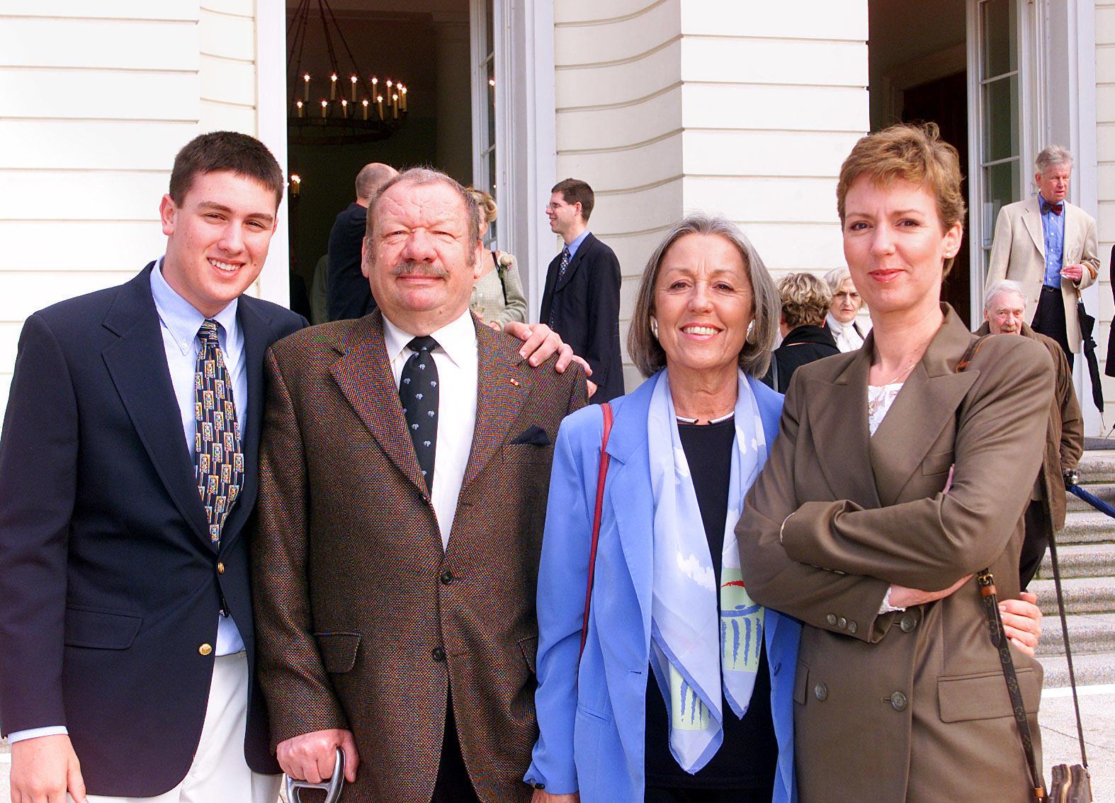 Teenie Daniel Völz mit Opa Wolfgang Völz, Oma Roswitha Völz und Mama Rebecca Völz (v.l.n.r.) 2000 in Berlin.