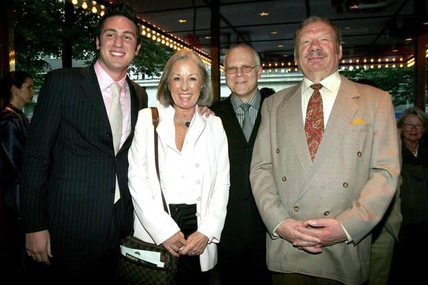 2005 ist der Bachelor optisch um einiges reifer geworden: Daniel Völz mit Oma Roswitha Völz, Theater-Leiter Georg Strecker und Opa Wolfgang Völz (v.l.n.r.) in Berlin.