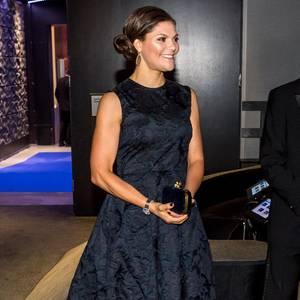 """Es ist ja schon erfrischend zu hören, dass eine Prinzessin ein Kleid von einer Modekette trägt. Wenn sie dieses jedoch mehrfach aus dem Schrank holt und bei besonderen Events anzieht, macht es sie noch viel sympathischer. Bestes Beispiel: Victoria von Schweden. Sie zeigt sich Mitte November in einem """"Conscious""""-Dress von H&M, das wir bereits von ihr kennen..."""