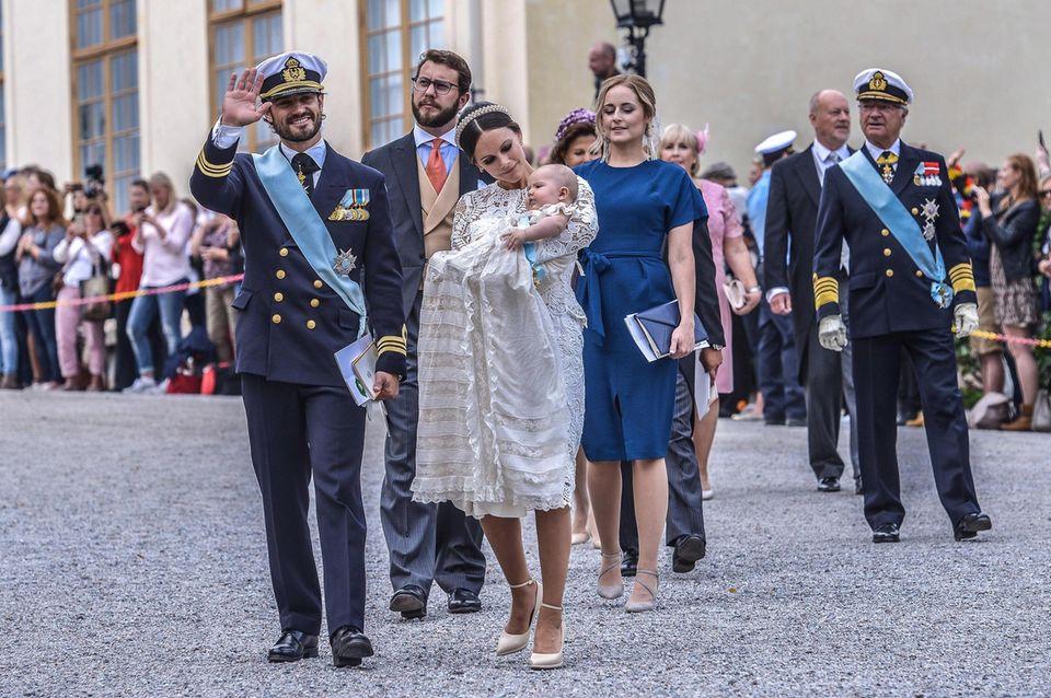 So kannte man es bisher aus Schweden: Die royale Taufgesellschaft - die Eltern mit dem Täufling, gefolgt von den Paten und dem Königspaar - verlässt die Kirche und geht zu Fuß an den vielen Gratulanten vorbei zum Schloss. Bei Prinz Gabriels Taufe wird dieser Weg außen herum verkürzt.