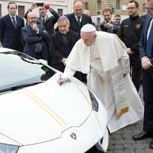 15. November 2017  Sehen wir hier das neue Papst-Mobil? Das sportliche PS-Monster in Weiß mit goldenen Streifen passt optisch perfekt zum Oberhaupt der Katholiken. Das Geschenk von Lamborghini ist Papst Franziskus dann wohl doch etwas zu protzig; er lässt den Sportwagen für einen guten Zweck versteigern, nicht ohne Autogramm selbstverständlich.