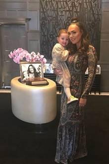 Hereinspaziert bei den Ecclestones!  Im Eingangsbereich der 61-Millionen-Euro-Villa wird man nicht nur von Tamara und Tochter Sophia empfangen, sondern auch von einem großen Familienporträt, frischen Orchideen und einem gigantischen Gemälde, das Ton in Ton mit der Wandfarbe geht.