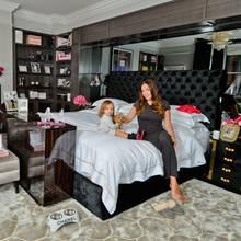 So klassisch das Entrée auch ist, so pompös und doch etwas kitschig geht es dafür im Schlafzimmer von Tamara und Jay weiter. Den Mittelpunkt bildet das King-Size-Bett der beiden, aber auch die Spiegelwand und der goldene Kamin sind kaum zu übersehen. Dekoriert wird alles in Pink und mit viel Blingbling.