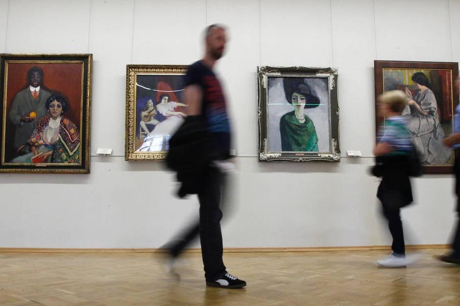Zeigt dieses Gemälde von 1860 eine Frau mit iPhone in der Hand ...