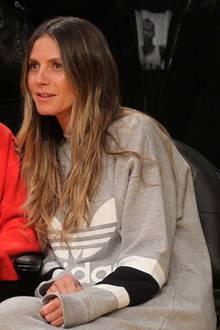 Total casual im weiten Pullover von Adidas und mit nur ganz wenig Make-up fiebert Heidi Klum bei einem Basketballspiel der L.A. Lakers mit.