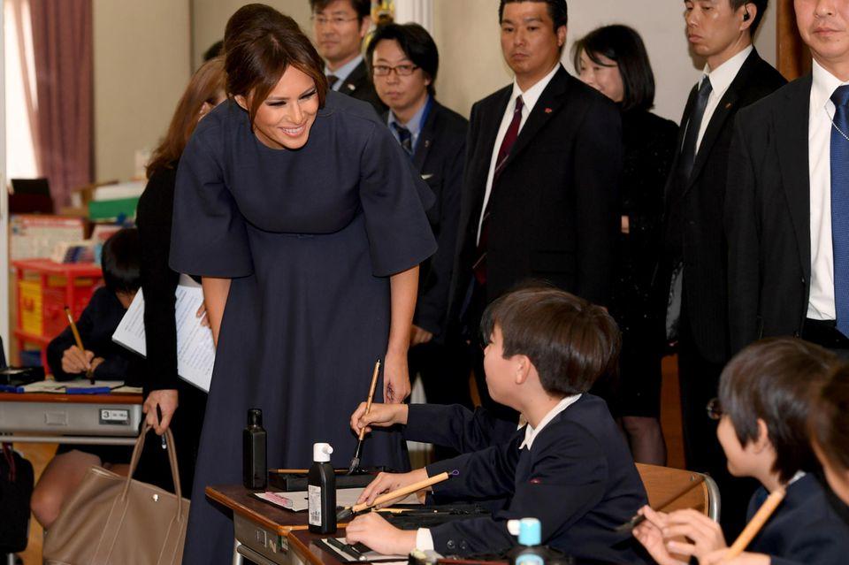 In der Gegenwart von Kindern wird sie locker: Die First Lady im Kalligrafie-Kurs einer Tokioter Grundschule