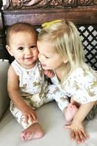 """15. November 2017  Moderatorin Vanessa Lachey gibt es offen zu: Sie liebt es, ihre Kids in Partnerlooks zu stecken. Und dann der der süße Blick von Söhnchen Phoenix! """"Hör bloß auf zu wachsen"""", postet die glückliche Mutter scherzend."""