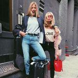 """Ein Engel kommt selten allein: Elsa Hosk und Martha Hunt machen sich gemeinsam auf den Weg nach Shanghai und versprühen bei ihrer Abreise aus New York ganz viel """"Love""""."""