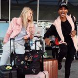 Auch Jasmine Tookes muss nicht allein fliegen. Sie startet zusammen mit Model-Kollegin Romee Strijd in Richtung Asien.