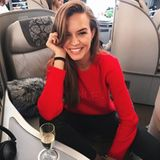 Damit der 15-Stunden-Flug nicht zur Tortur wird, bewältigen die Models ihn in der Business-Class. Josephine Skriver lässt es sich besonders gut gehen und bestellt ein Gläschen Champagner.