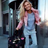 """Was ein Engel während der Reise trägt, zeigt uns Romee Strijd am Airport. Bevor sie in die sexy Unterwäsche schlüpft, liebt sie es bequem. Zur Sweathose und einer Plüschjacke kombiniert sie den """"Angel""""-Pullover von Alberta Ferretti, den auch Alessandra Ambrosio trägt."""