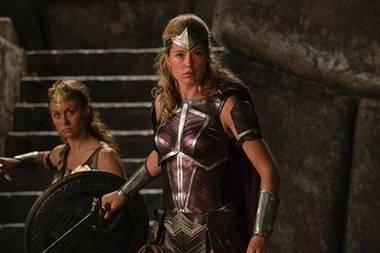 """""""Der Moment als ich versuchte die Welt zu retten"""", postet Doutzen Kroes. Das Supermodel ist total stolz über ihren kleinen Auftritt im Blockbuster """"Justice League""""."""