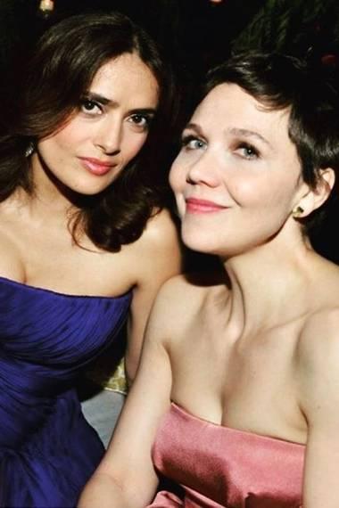 Mit diesem Throwback-Foto gratuliert Salma Hayek ihrer Schauspielkollegin und Freundin Maggie Gyllenhaal zum Geburtstag.