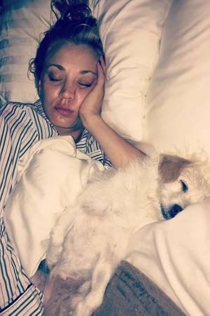 """""""Die letzten paar Wochen haben uns eingeholt"""", postet eine müde Kaley Cuoco. Gemeinsam mit Hündchen wird ordentlich Schlaf nachgeholt."""