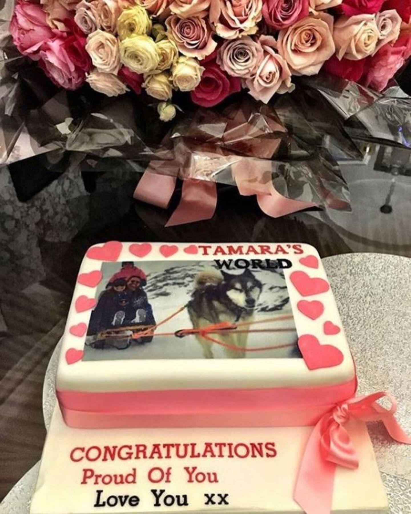 """Tamara Ecclestone freut sich über die Glückwünsche ihrer Familie in Form einer leckeren Torte. """"Tamaras World"""" steht auf der Süßigkeit geschrieben; so heißt die Reality-TV-Serie der Milliardärstochter."""