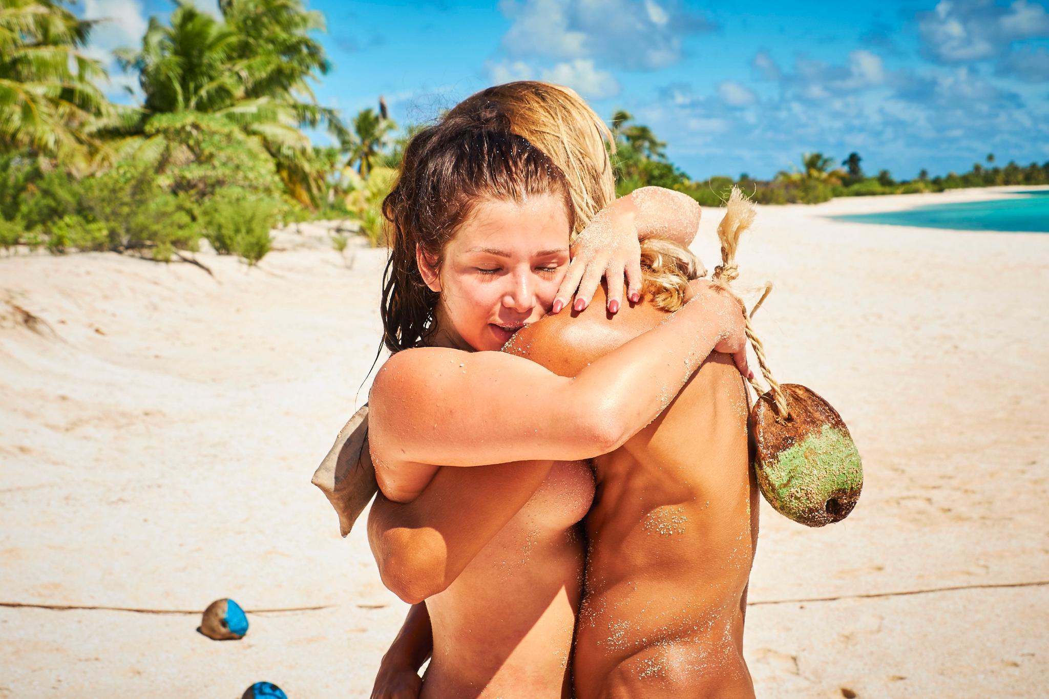 Melody Haase undMarius Hoppe umarmen sich