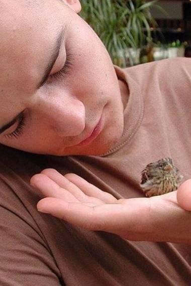 """Orlando Bloom postet ein Throwback-Foto aus dem Jahr 2001 vom Set des Kino-Hits """"Black Hawk Down"""". Dort hat der Darsteller dieses kleine Vögelchen gerettet, schreibt er."""