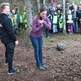 ... Prinzessin Victoria!Während einer Wanderung im Glaskogens Naturreservat im schwedischen Värmland wagt die 40-Jährige, mit Unterstützung zweier Helfer, den Salto in der Luft.