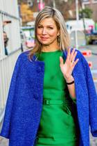 Leuchtendes Fashion-Vorbild! Königin Máxima zeigt, das Royalblau und Smaragdgrün ganz wunderbar zusammenpassen und Farbe in den Alltag bringen.