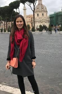 Gerade erst reiste Ana Ivanovic zusammen mit Ehemann Bastian Schweinsteiger nach Rom. Auf ihrem Instagram-Account teilte sie fleißig Eindrücke von ihrem romantischen Trip. In einem grau-schwarzen Outfit mit farbenfrohen Accessoires erkundete sie die Stadt. Immer mit dabei: Das knallrote Tuch von Louis Vuitton.