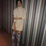 Für das abendliche Date mit ihrem Ehemann darf es dann wieder ein bisschen freizügiger sein: Zu einem beige-farbenen Strickkleid kombiniert die ehemalige Profi-Sportlerin graue Samt-Overknees von Aquazurra, die ihre trainierten Beine perfekt in Szene setzen.