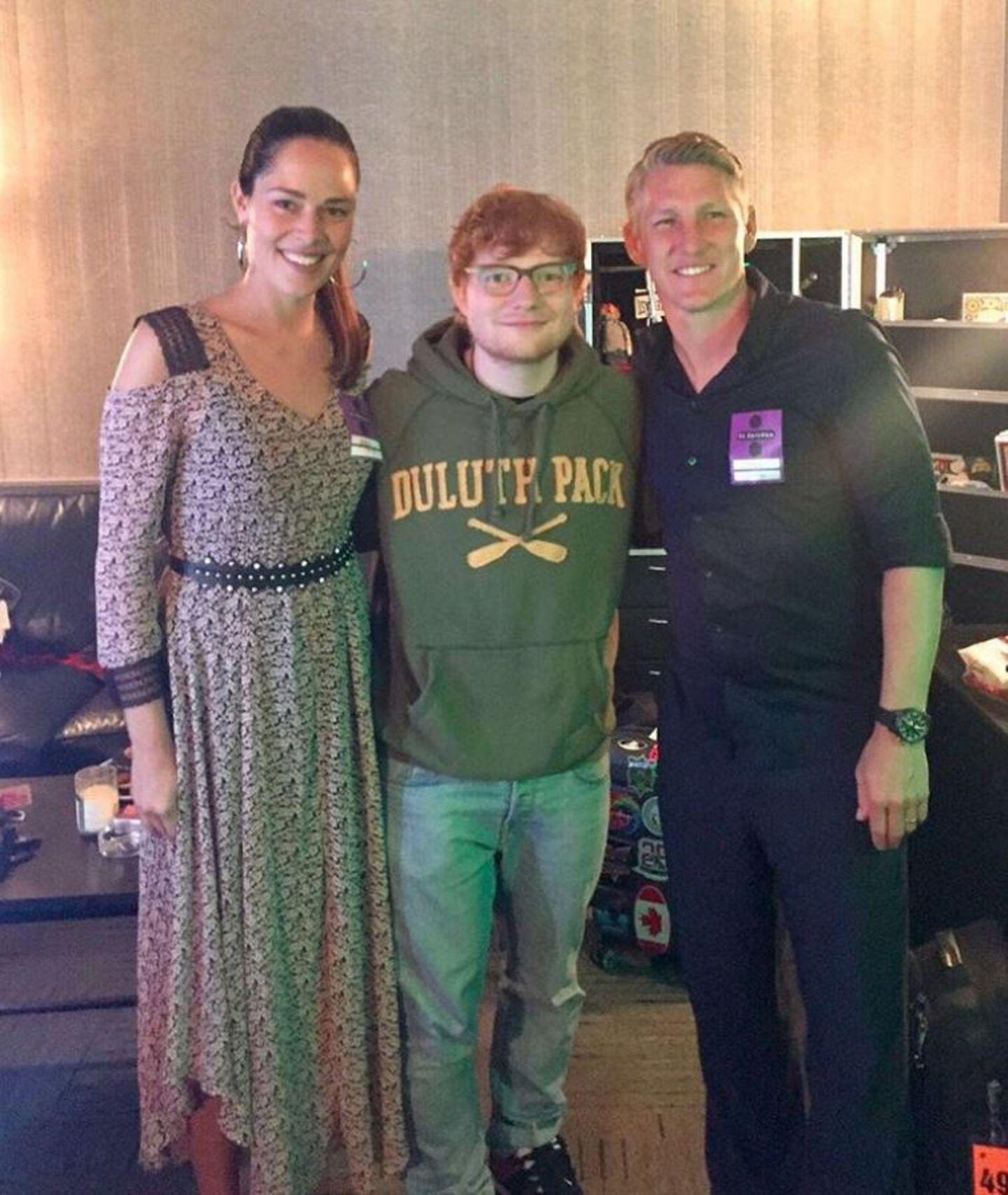 Wer hier wohl Fan von wem ist?! Ana und Basti besuchen gemeinsam ein Konzert des britischen Musikers Ed Sheeran. Zu diesem Anlass trägt Ana ein aufregendes Kleid mit Muster und Schulter-Ausschnitt. Dazu trägt sie silberne Creolen und natürliches Make-up.