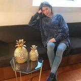 XXL-Pullover und enge Hosen scheinen während der Schwangerschaft Cathys Lieblings-Look zu sein. In einem blau-grauen Pulli von Zara, mit Jeans von Topshop und Samt-Stiefelletten von Gianvito Rossi macht sie es sich auf der Couch gemütlich.