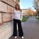 Als echte Fashionista kennt Cathy die Trends der Saison und trägt eine weite Samthose von Zara, weiße Boots und weißem Longsleeve.
