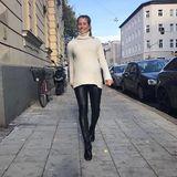 Cathy zeigt, wie man auch bei deutschen Herbsttemperaturen top gestylt aussehen kann: In einer engen Lederhose von Topshop und mit XXL-Rollkragenpulli schlendert sie fröhlich durch die Straßen von München.