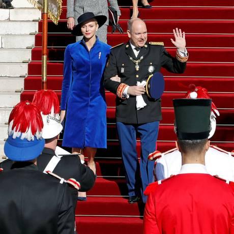 19. November 2017  Bei strahlendem Sonnenschein begehen Fürst Charlène und Fürst Albert den Nationalfeiertag Monacos. Charlène leuchtet im royalblauen Matel in diesem Jahr besonders schön.