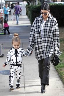 19. November 2017  Mit Sohn Reign Disick bildet Mutter Kourtney Kardashian ein stylishes Spaziergänger-Paar.