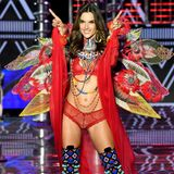 "Put you hands up for Alessandra Ambrosio! Das Model feiert ihr 17-jähriges ""Victoria's Secret""-Jubiläum in einem roten Ethno-Ensemble."