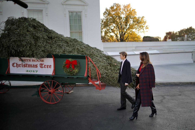 Melania Trump und Sohn Barron Trump nehmen am 20. November 2017 den Weihnachtsbaum für das Weiße Haus in Empfang